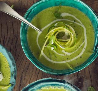 Lentesoep van courgette en lente-ui met een swirl van blauwe kaas