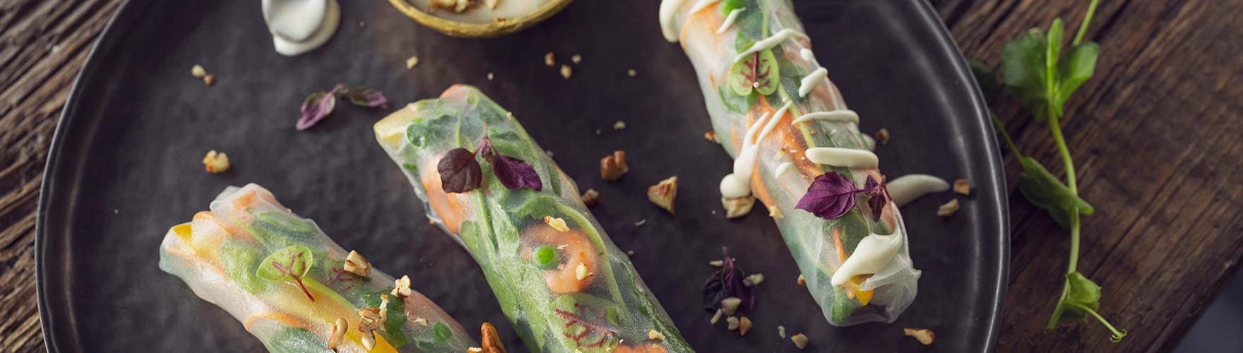 Loempia's met voorjaarsgroenten, garnaaltjes en een blauwe kaasdip