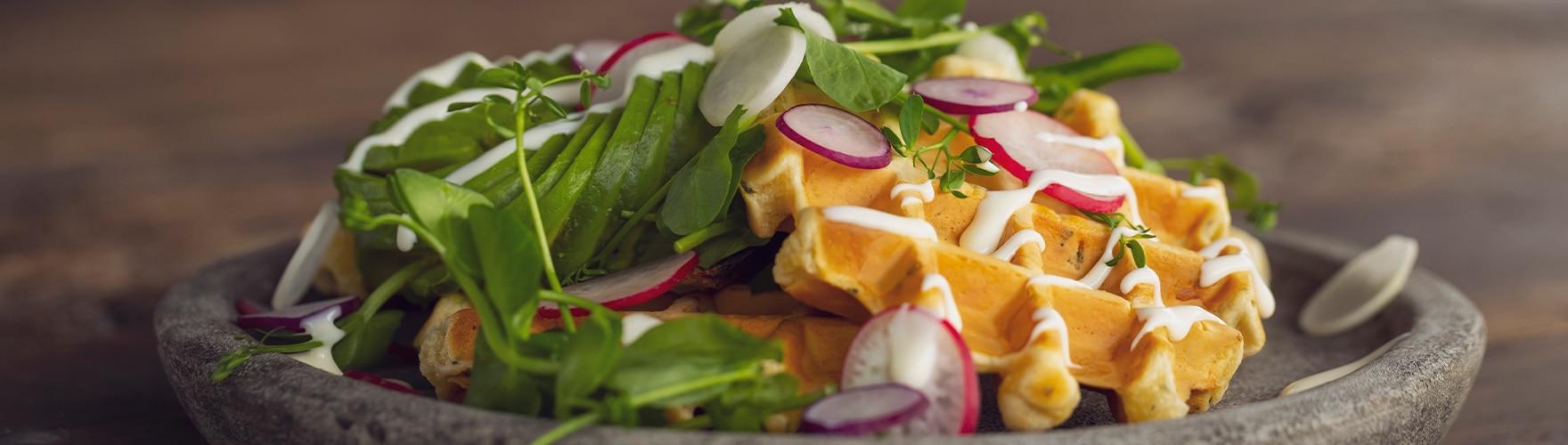 Kaas kruidenwafels met voorjaarssalade en brie