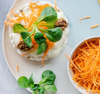 Rijstwafels met magere smeerkaas, geschaafde wortel, veldsla en walnoten