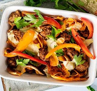Zoete aardappel nacho's met vegetarische balletjes, paprika, biologische kaas en bladpeterselie