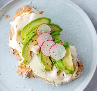 Zuurdesembrood met biologische kaas, kipfilet, avocado en radijs