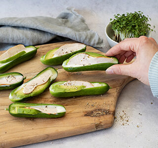 Mini komkommers gevuld met kipfilet, avocado en light smeerkaas